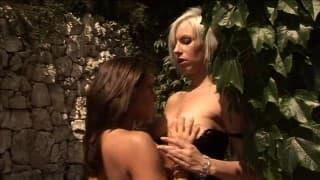 Due bombe sexy eccitano con una sessione di sesso lesbo!