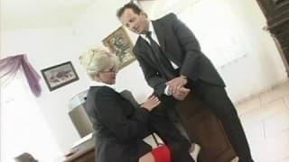 Bionda ha una sessione di sesso hardcore con il suo capo.