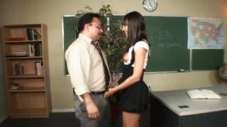 Studentessa affamata per il suo prof!