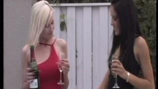 Due bombe sexy in una sessione di sesso lesbo