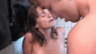 Una donna matura in cucina