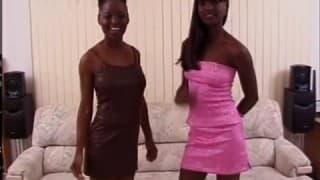 Due nere si masturbano prima di fare un pompino
