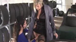 Due lesbiche si fanno il fist in un negozio