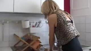 Una donna matura che raggiunge un orgasmo mostruoso