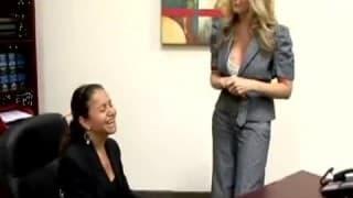 Una segretaria inculata in ufficio