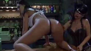 Due lesbiche giocano con la cera