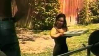 Una nana scopa con un nero