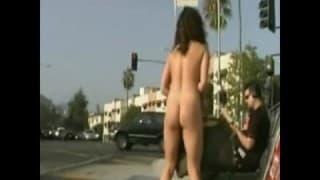 Una bella bruna a piedi nudi per strada