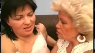 Due nonne troie si leccano a vicenda