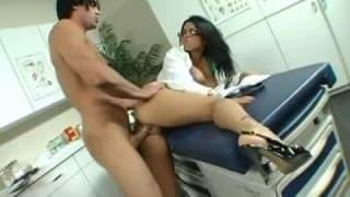 Eva Angelina nel ruolo di un infermiere in calore