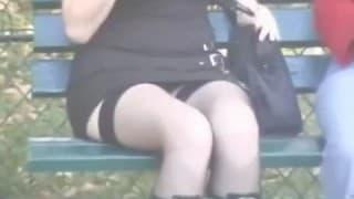 Compilation di sotto le gonne in pubblico