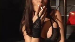 Fumatrice con fisico da sogno