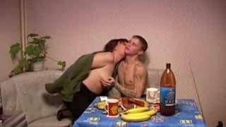 Una madre di famiglia succhia un giovanotto