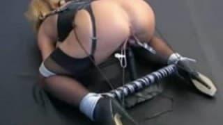 Bionda si fa torturare la figa!