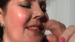 Una donna grassa s'infila una bottiglia