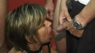 Un a donna matura in un club di scambisti