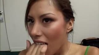 Una cagna si infila un dildo di fronte a un porno