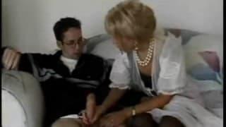 Questa vecchia donna succhia un giovane uomo