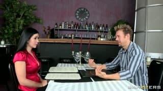 Una milf scopa al ristorante