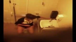Donna matura in bagno