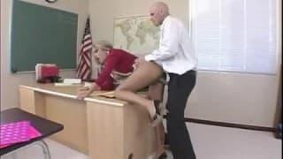 Lei si piega davanti al suo prof