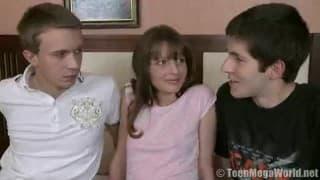 Teenager eccitata per il suo primo trio