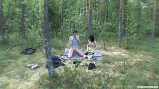 Una coppia in mezzo alla natura