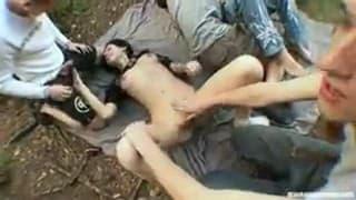 Giovani riempite durante una piccola orgia all'aperto