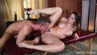 Chanel Preston cazzo generosamente con il suo massaggiatore!