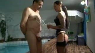 Una dominatrice in lingerie domina l'uomo sottoposto