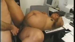 Una donna incinta viene scopata in ufficio