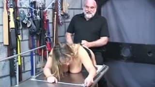 Una donna grassoccia dominata dal marito