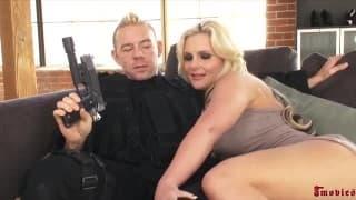 Phoenix Marie prende il cazzo di un uomo per un'arma!