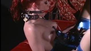 Una bella dominatrice gestisce una donna sexy