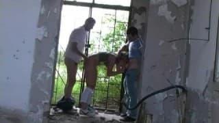 Bionda scopata da 2 stranieri