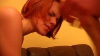 Questa piccola rossa non aveva mai partecipato al sesso a 3!