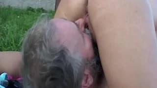 Una bionda sexy e un vecchio contadino