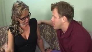 Kelly Leigh, una donna matura con un ragazzo eccitato