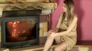 Giovane donna incinta si tocca sensualmente