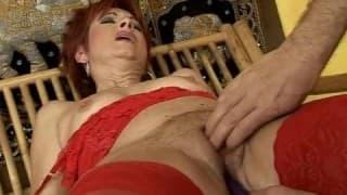 Una donna matura che mette alla prova alcuni giocattoli del sesso