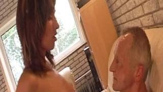Suzie succhia il pene di un vecchio