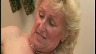 Monica è una vecchia donna che ama essere scopata selvaggiamente