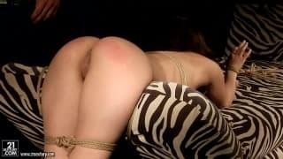 Alesya adora il bondage