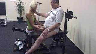 Martine gioca con il pene di un vecchio
