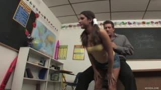 La studentessa Tiffany Summers scopata nell'ufficio del prof
