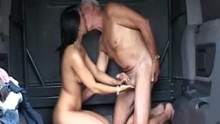 Anciano follandose a la jovencita en el coche - 2 part 2