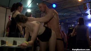 Sesso interrazziale in un nightclub per una troia amatoriale