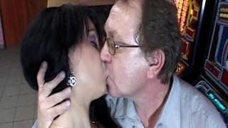 Ariana ama il sesso con un vecchio pervertito