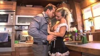 Mia Leone- La cameriera scopata in cucina