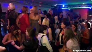Dilettanti molto eccitate in uno speciale nightclub